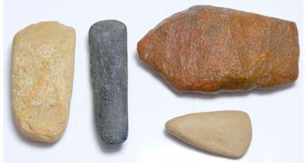 Néolithique - Lot de 4 hâches polies 4 hâches polies, origines France et nord Maghreb. Dim : 42 à 85 mm.